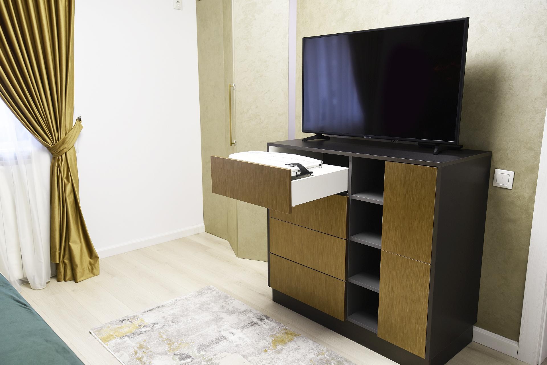 Comoda dormitor Gabriell - masa de calcat inclusa